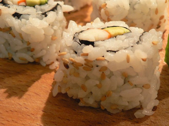 Image by Alessandro Scotti (https://commons.wikimedia.org/wiki/File:Sushi_CaliforniaRoll01.JPG)