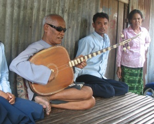 Kong Nay playing the chapei dong veng, Phnom Penh. By n ole - Guitar Master, CC BY 2.0, https://commons.wikimedia.org/w/index.php?curid=3590992